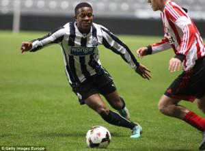 Newcastles egen akademispiller, Rolando Aarons, viste seg fram mot Schalke. 18-åringen noterte seg på scoringslisten med en flott lobb.