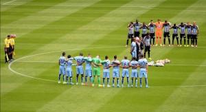 Ett minutts stillhet før kampstart, for å minnes de to omkomne Newcastle-supporterne som mistet livet i flystyrten i Ukraina. FOTO: NUFC