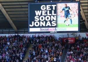 Jonas Gutierrez ble hedret under kampen. Fotballspilleren kjemper for tiden mot kreften.