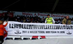 Også under bortekampen mot Swansea kunne man se protestplakater hos Newcastle-supporterne.