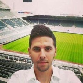 Broren til Mitrovic tar en selfie inne på St. James' Park.