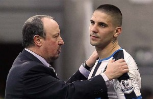 Aleksander Mitrovic Rafa Benitez Hands On Shoulders